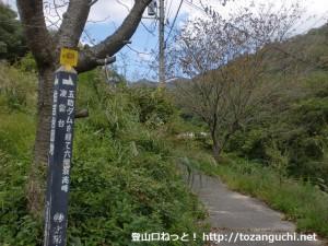 六甲山の登山口となる五助堰堤(五助ダム)への入口分岐を右に入ったところ