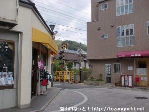 阪急岡本駅東側の踏切前