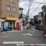 岡本駅から保久良神社に行く途中にある十字路(谷商店前)