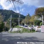 東お多福山登山口バス停から芦有有料道路の出口を出たところにある分岐