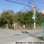 成谷口バス停そばのT字路に入って西に歩いたところにある四辻