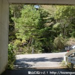 虚空蔵山の表参道コースの登山口手前の高速道路高架をくぐったところ