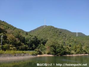表参道コース登山口手前の池から見上げる虚空蔵山(三田市)
