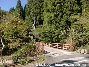 下籠の坊バス停前の橋を渡り弥十郎ヶ岳の籠坊温泉コースに向かうところ