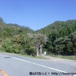 県道12号線から弥十郎ヶ岳の竹谷コースへの林道に入るところ