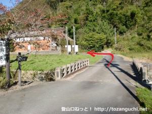 小金口停留所横の橋を渡るところ