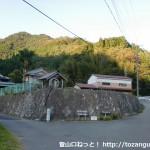 白髪岳と松尾山(松尾城跡)の登山口となる分岐前
