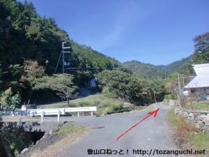 能勢町山田の大原神社前の少し先の車道
