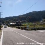 慈眼寺に行く途中で橋の手前で右折するところ