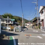 妙見口駅北側の高代寺参道の入口T字路