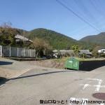 妙見口駅北側の高代寺参道の入口T字路を左に入って坂を上ったところの分岐
