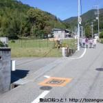 妙見口駅から800mほど北に歩いたところにある吉川八幡神社の入口T字路