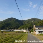 歌垣山登山口のすぐ北側にある分岐を左に進んだあとの車道から見る釈迦ヶ岳と小和田山