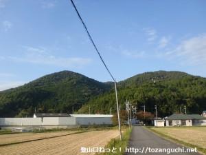 南山麓の倉垣地区から見る釈迦ヶ岳と小和田山
