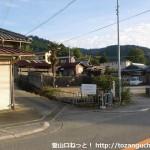 歌垣山登山口のT字路前
