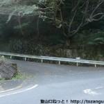 堀越峠の妙見山への縦走路に通じる林道の入口