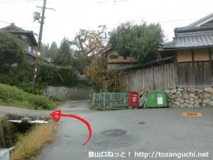 鴻応山の牧登山口手前の民家前で左に入るところ