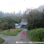 鴻応山の牧登山口手前の民家前で左に入りすが先の分岐を右に進むところ