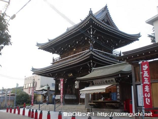 聖徳太子ゆかりの中山寺の山門前