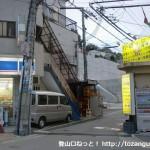 宝塚駅南口から武庫川を渡ったところでローソンの脇の道に入るところ