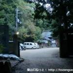塩尾寺の入口前