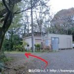京都大学の地震観測所入口手前にある阿武山古墳の入口