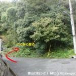 阿武山古墳に行く途中の住宅街から登山道に入るところ