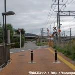 JR島本駅北口の線路沿いの道