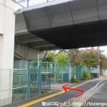 JR島本駅北口の線路沿いの道を北に進んで高架橋の下を左に入るところ