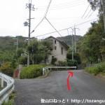 若山神社参道入口手前の分岐を右に入るところ