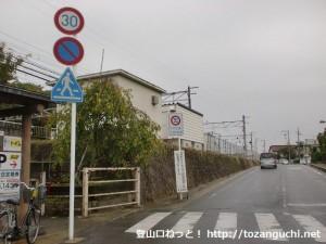 JR山崎駅東側の線路沿いの道