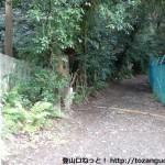 宝積寺本堂右奥にある天王山の登山口