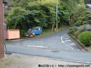 滝畑ダムバス停裏手にあるダイヤモンドトレイルの槇尾山方面登山口(猿子城山の登山口)