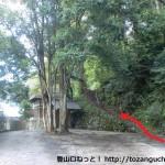 光滝寺の駐車場にある上山の登山道入口