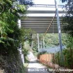 南海電鉄の天見駅から旗尾岳の登山口に行く途中で高架下をくぐるところ