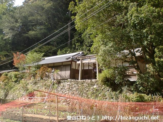 根古峰への入口となる葦谷林道に行く途中にある八幡神社