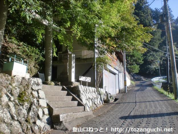 天見駅南側の遊歩道の出口にある蟹井八幡神社前