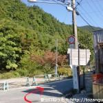 金剛登山口バス停のすぐ下にあるT字路