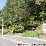 葛城登山口バス停から50mほどのところにある脇道に入るところ