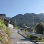葛城登山口バス停横の国道に並走している車道