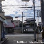 久米田バス停の手前のT字路