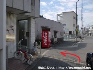 久米田駅前の交差点の横から脇道に入るところ
