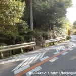 宮の台バス停そばにある神於山の登山道入口