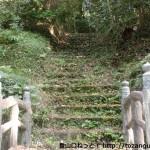 宮の台バス停そばにある神於山の登山道入口から見る登山道