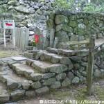 大威徳寺境内にある大石ヶ峰(一ノ滝・二ノ滝方面)と和泉葛城山の登山道を示す道標