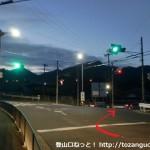 成合口バス停横の信号を右に進む