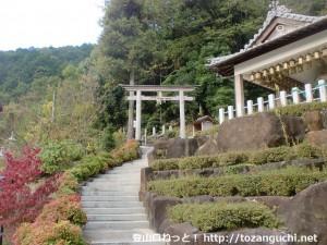 清水地蔵尊の小富士山への登山道入口