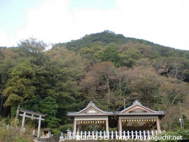 登山口となる清水地蔵尊から見る小富士山