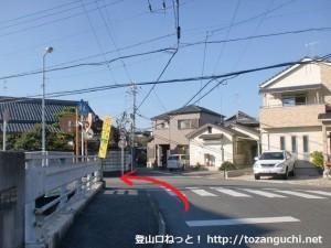 JR新家駅前の辻の南側で橋を渡るところ