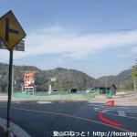 童子畑バス停北側の堀河ダムに向かうT字路